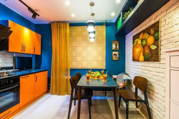 Поддержать оранжевую гамму и хорошее позитивное настроение, вам удастся с помощью полупрозрачных легких занавесок и других декоративных элементов