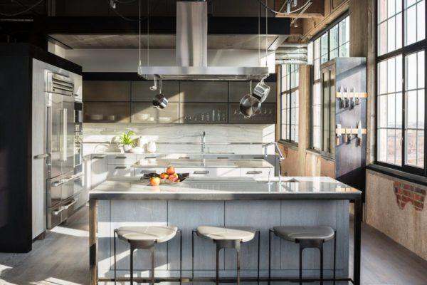 Особенно привлекательно смотрятся, сверкающа сталь, деревянные покрытия, а также ламинат и гранит, которые придадут кухне определенное своеобразие и некую роскошь