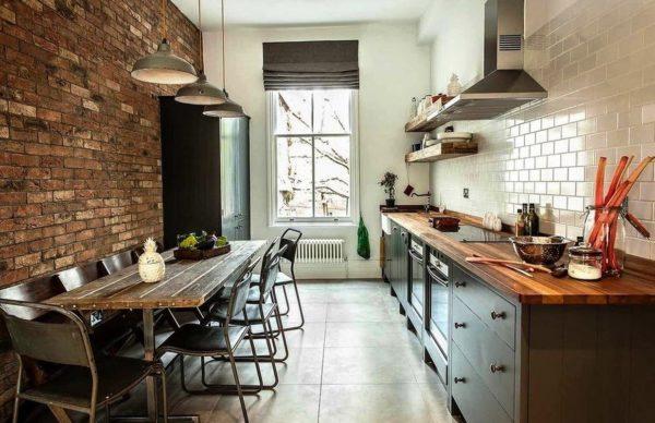 Римские шторы на окнах - удачный выбор для индустриальной кухни