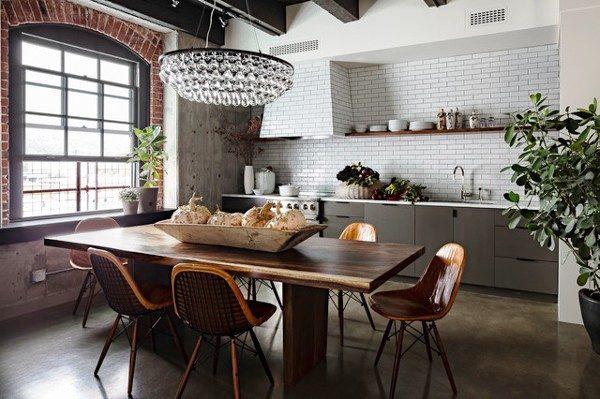 Оригинально и интересно будет смотреться большая хрустальная люстра, расположенная прямо над обеденным столом, в центре кухни
