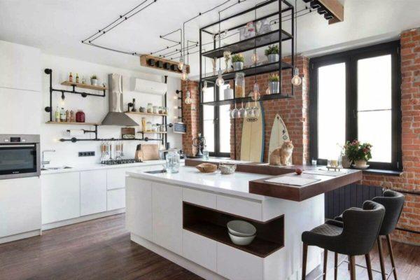 Для дизайна кухни в стиле лофт характерно применение элементов промышленного антуража – нарочитое открытие инженерных коммуникаций, голые лампы, множество открытых полок, как на складе
