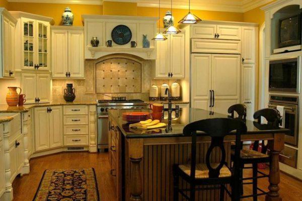 На кухне в итальянском стиле всегда подбирается грамотное сочетание разнообразных материалов