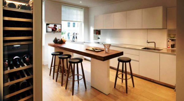 В кухне-студии может быть установлен прямоугольный стол из массива или искусственного камня
