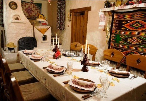 Не забудьте о большом обеденном столе, за которым будет собираться вся семья и гости. Он должен быть, непременно, деревянным, массивным и акцентировать на себе внимание