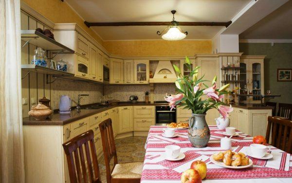 На стол, покрытый вышитой скатертью, можно поставить глиняную вазу с калиной, подсолнухами, маками, и другими цветами