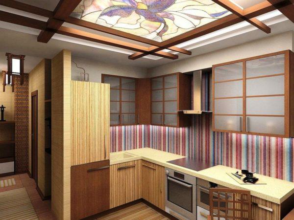 Например, кухонная утварь и техника прячется во встроенные шкафы