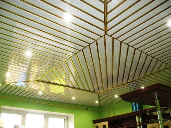 Применение открытого потолка позволяет создавать интересный и привлекательный дизайн