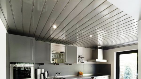 ОТкрытый реечный потолок на кухне