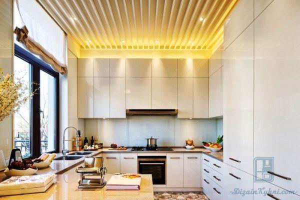 Интерьер кухни с реечным потолком