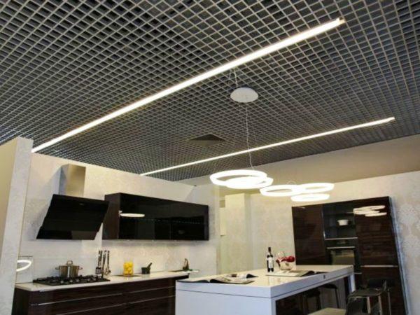 В последнее время популярны реечные потолки Грильято, они позволяют спрятать коммуникации, а также их применение позволяет организовать идеальную систему вентиляции, что так актуально для кухонного помещения