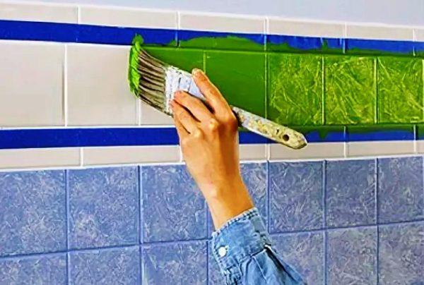 Для получения различных текстур наносите краску с помощью эластичной трикотажной ткани или жесткой кисточки