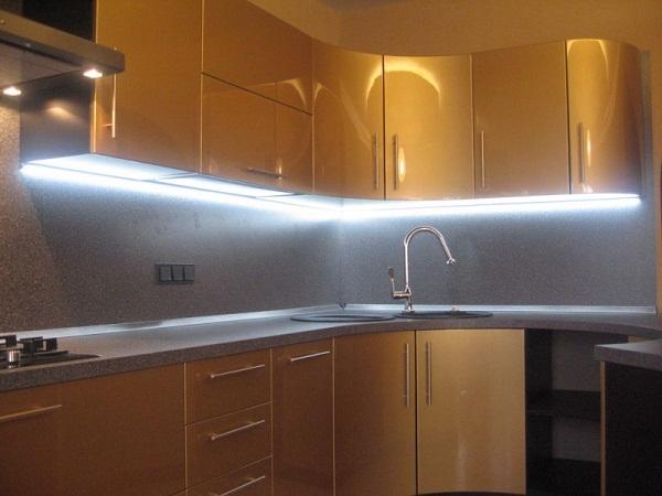 светодиодная ленты на шкафу в кухне