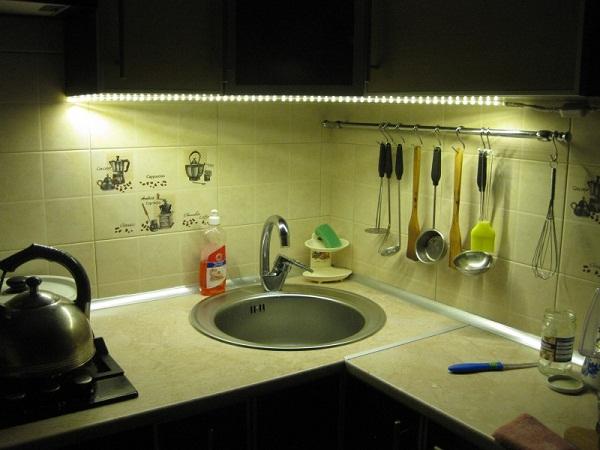 светодиодная ленты на шкафу у раковины