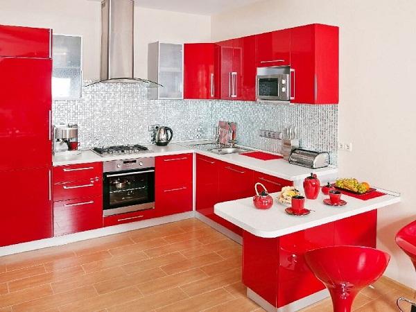 интерьер кухни в красном цвете фото