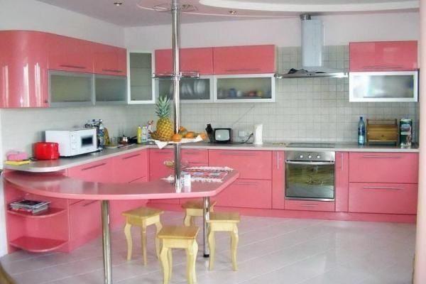 дизайн кухни в розовом цвете фото