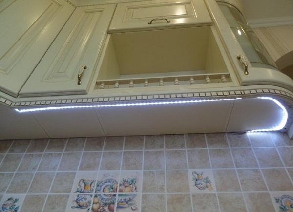 Место крепления светодиодной ленты на фасаде кухонных шкафов