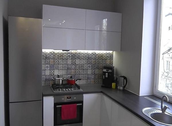 кухонный гарнитур без ручек на кухне в хрущевке
