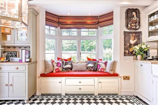 диван на подоконнике на кухне фото