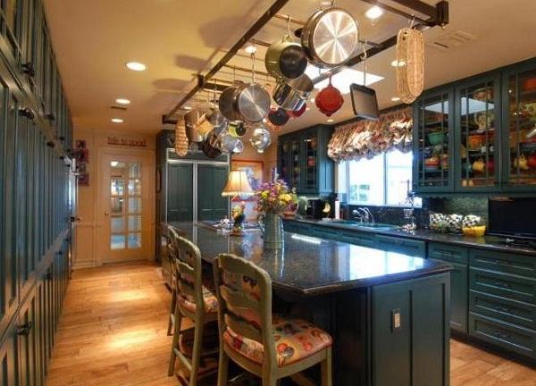 подвесной рейлинг над кухонным островом