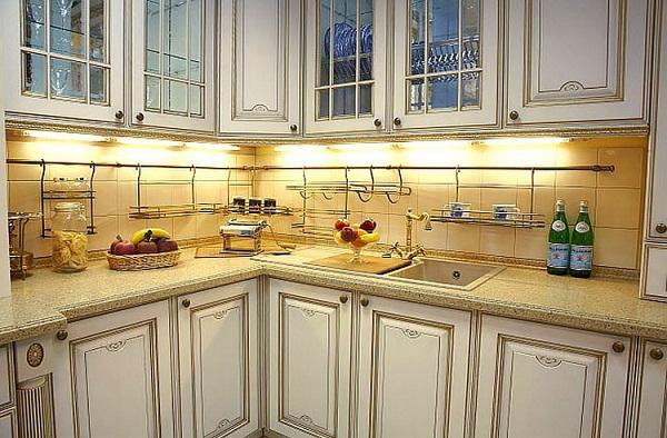 Рейлинги на кухне с интерьером в классическом стиле