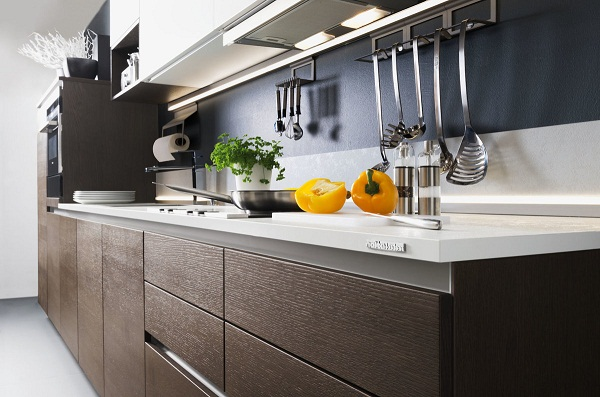 Рейлинги на кухне с интерьером в стиле минимализм