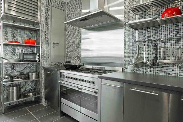 Металл и стекло в оформлении кухонного пространства