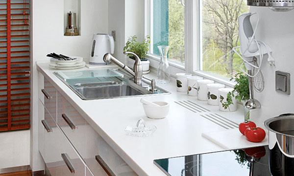 Как практично и красиво оформить подоконник на кухне