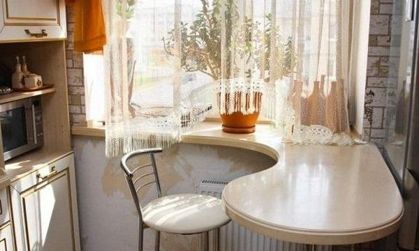 подоконник на кухне обеденный стол фото