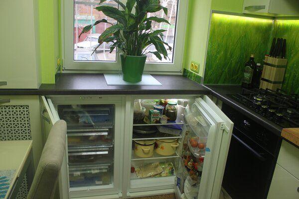 встраиваемый холодильник под подоконником фото