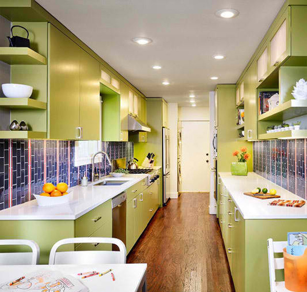 зеленая узкая кухня