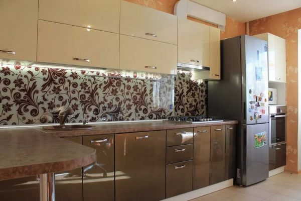 Прозрачный лакобель с декоративной вставкой на кухне