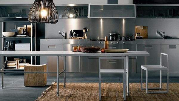кухня с металлическим элементом