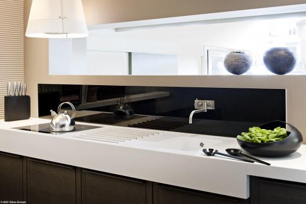 Лакированный лакобель на кухне