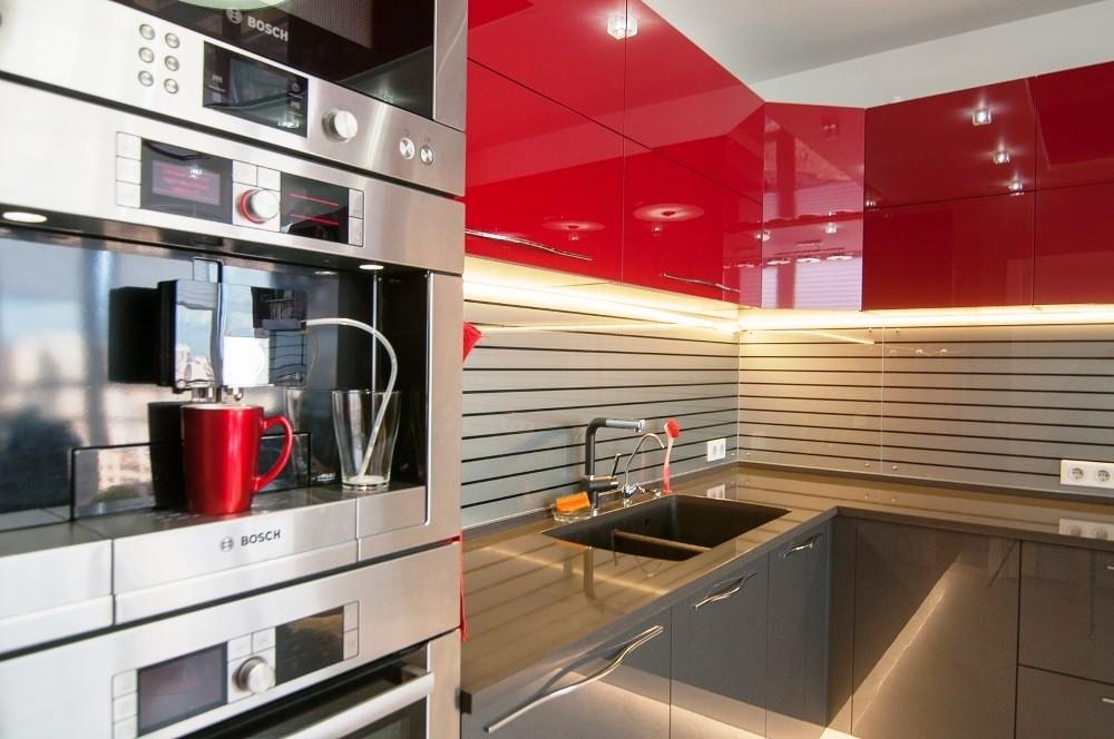 Красная кухня в стиле хай тек