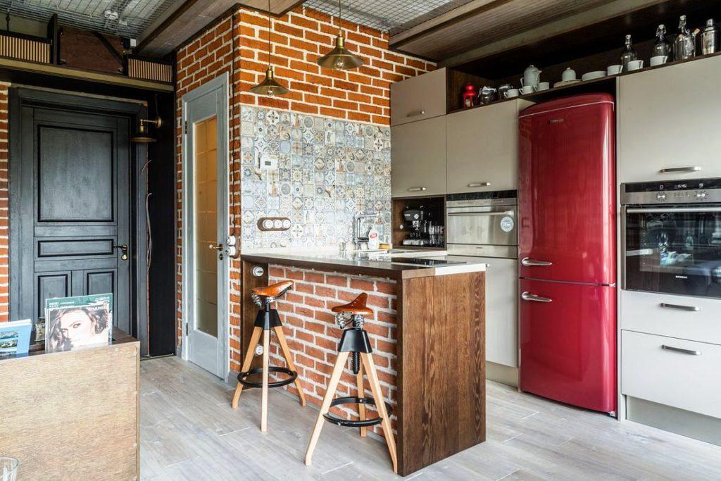 В индустриальный интерьер кухни гармонично впишется пузатый холодильник темно-красного цвета