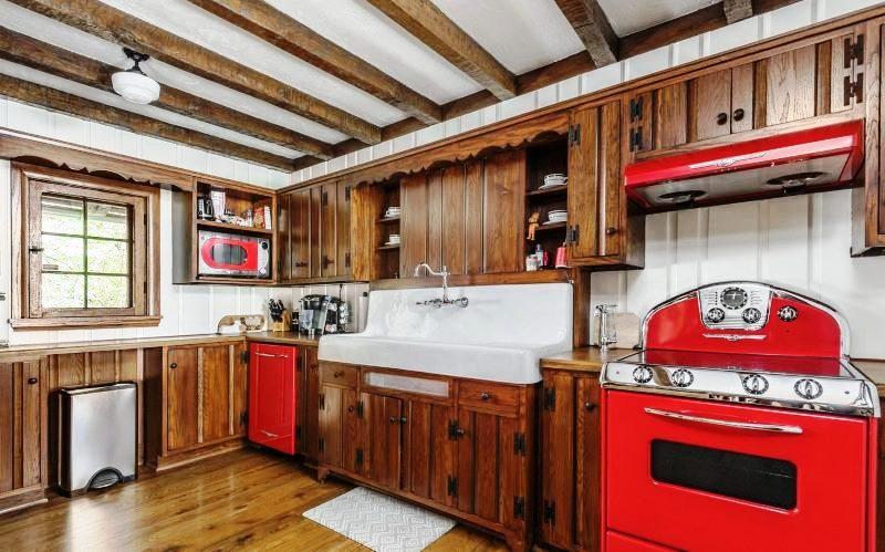 Красный цвет отлично сочетается с деревянными поверхностями