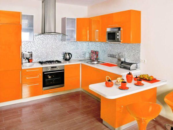 Яркие кухонные фасады хорошо сочетаются со сдержанным тоном стен