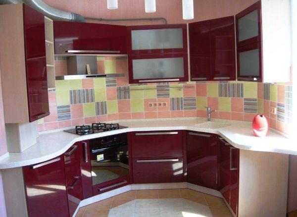 На красной кухне хорошо смотрятся белые столешницы