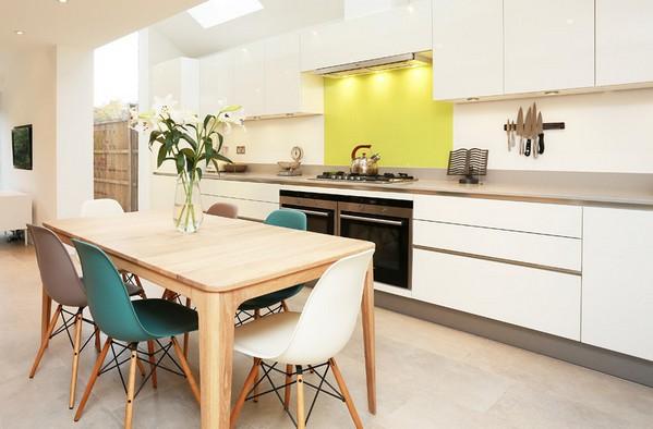 Стол для белой кухни светлого древесного цвета