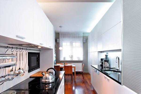 зеркальные поверхности в узкой кухне