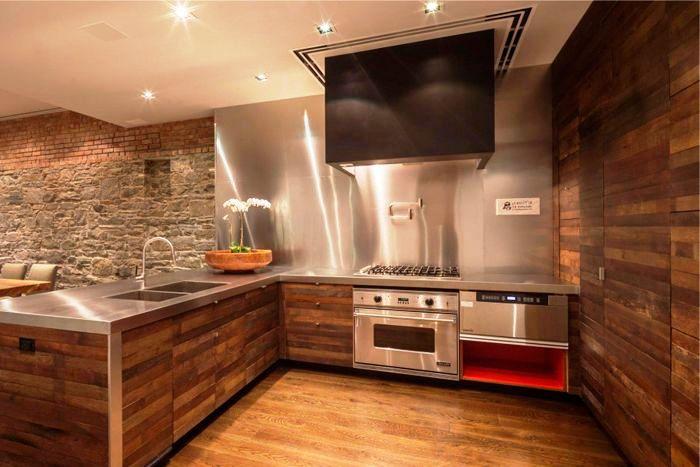 Если дополнить деревянную кухню металлом к комфорту и теплу прибавится еще и шик, строгость, изящность