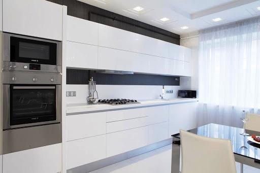 Наиболее устойчивый тренд в дизайне современных кухонных гарнитуров— это белоснежные глянцевые шкафчики с отсутствием руче