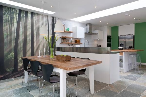 Картинка на обоях должна подходить по стилю и гармонично вписываться в интерьер кухни.
