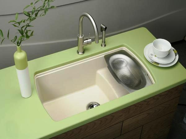 Небольшая ёмкость с отверстиями, через которые лишние капли воды аккуратно уйдут прямо в раковину, сделает процесс промывки зелени более эстетичным на вид