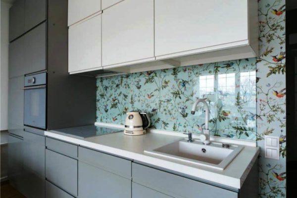 Прозрачным стеклом можно просто закрыть обои или крашеную стену, чтобы не перегружать интерьер разнородными поверхностями