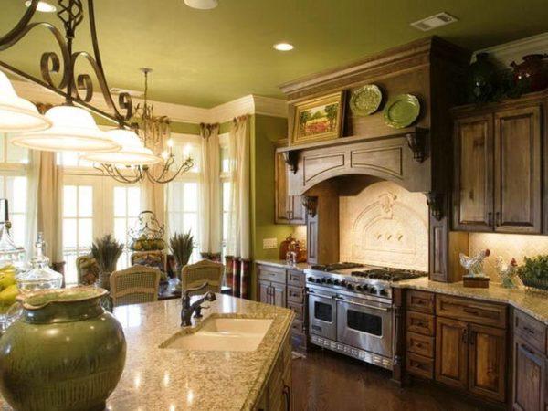 Однотонные обои для потолка и стен в интерьере кухне