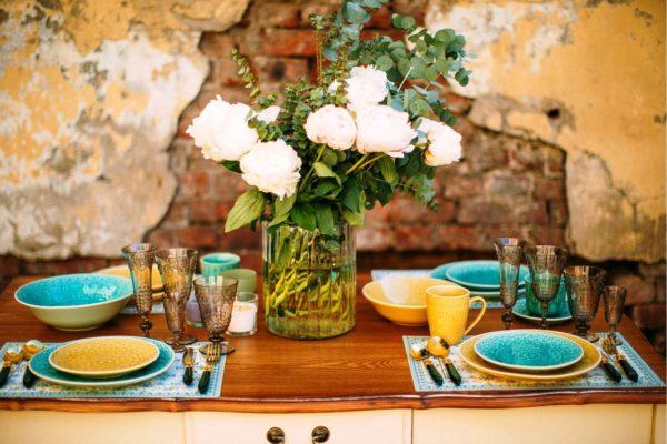 Сервировка стола керамической посудой создаст уютную атмосферу