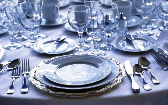 Для сервировки столов в ресторанах применяются комплекты фарфоровой посуды состоящие из более чем сорока различных предметов