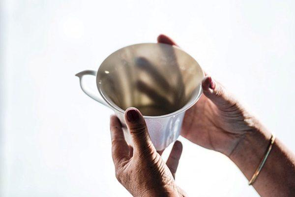 Посуда из фарфора просвечивется на свету