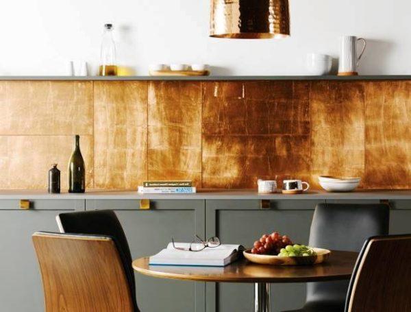 Кухню в современном стиле украсит медный фартук или металлические стулья
